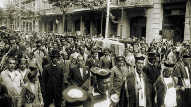 Photo of Joan Gamper's coffin being carried through the streets