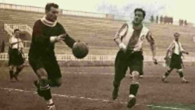 Foto de Platko sobre el terreno de juego, jugando con la camiseta del FC Barcelona