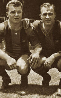 Photo of Ladislau Kubala and Alfredo Di Stéfano crouching together
