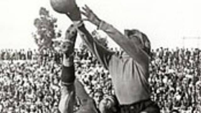 Photo of Josep Samitier challenging for a high ballh4