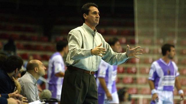 Valero Rivera, entrenador de la secció d'handbol, dempeus a la banqueta (1984-2004)