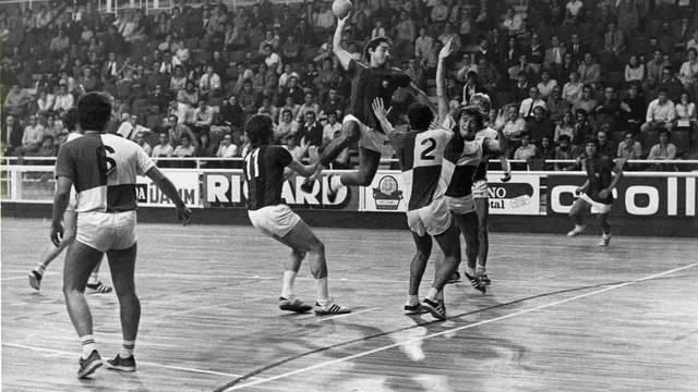 Foto d'un partit d'handbol al Palau Blaugrana (anys 70)