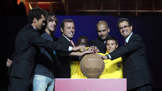 Amor, Puyol, Rosell, Mas, Viedman and 'Bobby'. IMAGE: MIGUEL RUIZ (FCB).