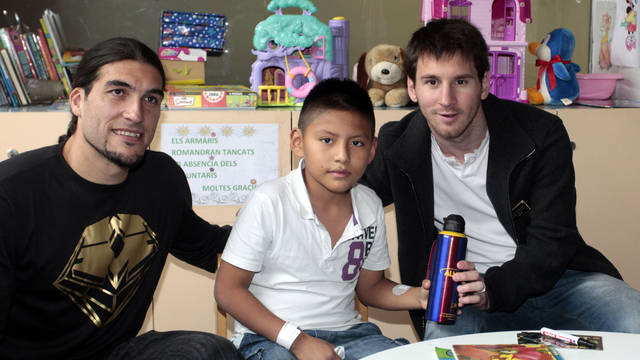 Messi and Pinto, passing out presents / PHOTO: FCB