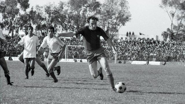 Asensi, playing for Bara in a friendly in Casablanca in1974 / PHOTO: ARXIU FCB