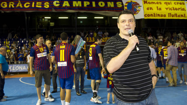 Xavi Pascual talking to the crowd at the Palau / PHOTO: LEX CAPARRS-FCB