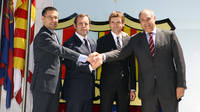 Tito Vilanova davant l'escut al costat del president Sandro Rosell, el vicepresident Josep Maria Bartomeu i el director esportiu Andoni Zubizarreta / FOTO: MIGUEL RUIZ - FCB