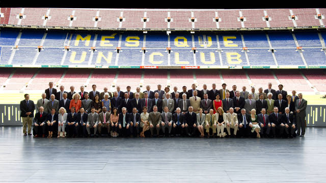 President Sandro Rosell and the Board of Directors with the Barcelona consular corps / PHOTO: ÁLEX CAPARRÓS - FCB