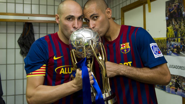 Javi Rodríguez and Fernandao with the Liga trophy / PHOTO: ÁLEX CAPARRÓS - FCB