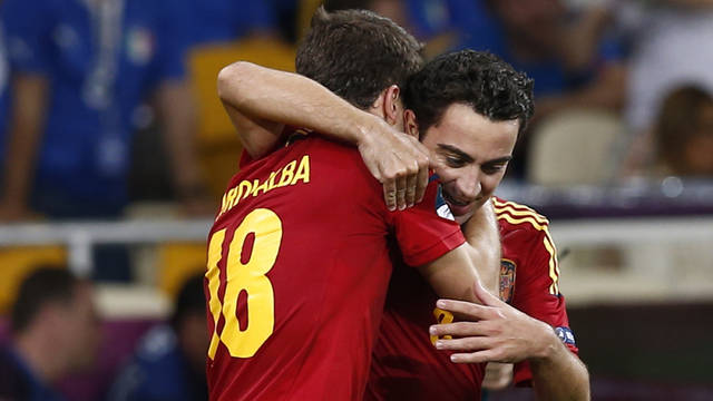 Xavi and Jordi Alba celebrate a goal / PHOTO: CARMELO RUBIO