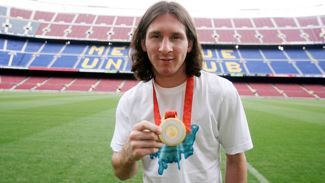 Messi, at the Camp Nou, with the Gold Medal he won in the Beijing Olympic Games in 2008 / PHOTO: ARXIU FCB