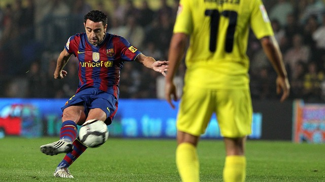 Xavi scores from a free kick against Villarreal in the 2009/10 season / PHOTO: MIGUEL RUIZ-FCB