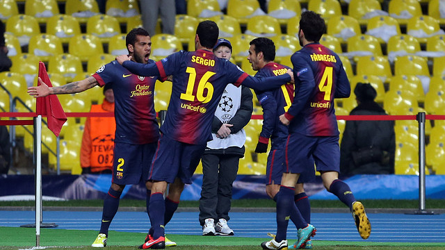 Alves i els seus companys celebren el primer gol a Moscou. FOTO: MIGUEL RUIZ-FCB.