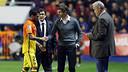 Dani Alves parla amb Tito Vilanova després de lesionar-se al Ciutat de València / FOTO: MIGUEL RUIZ - FCB