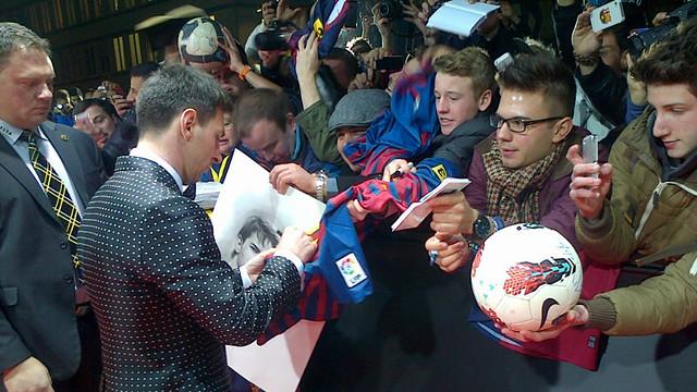 Messi, firmando autógrafos