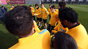 Muniesa receives a standing ovation from his teammates / PHOTO: MIGUEL RUIZ - FCB