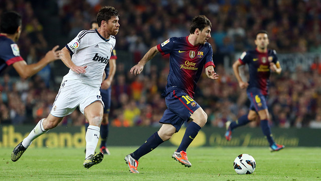 Alonso chases down Messi / PHOTO: MIGUEL RUIZ-FCB