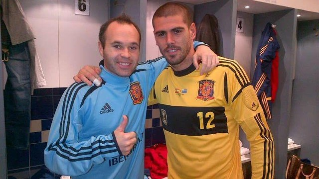 Iniesta and Valdés after the match in Qatar. PHOTO: Twitter @1victorvaldes