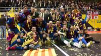 Foto de los campeones de la UEFA Futsal Cup celebrándolo en equipo / FOTO: ÁLEX CAPARRÓS - FCB