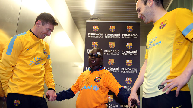 Mamadou with Messi and Iniesta during his visit to the Ciudad Deportiva. PHOTO:  MIGUEL RUIZ
