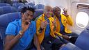 Song, Alves i Abidal, a l'avió cap a Vigo. FOTO: MIGUEL RUIZ-FCB.