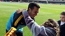 Pedro, saludant un nen en un entrenament obert al Miniestadi / FOTO: ARXIU FCB