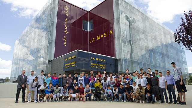 There were 80 residents in the photo this time - 57 footballers, 13 basketball players, 2 roller hockey players, 5 handball players and 3 futsal player / PHOTO: CAPARRÓS - FCB