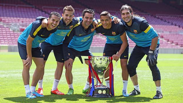 Pedro, Alba, Xavi, Alexis and Pinto with the league trophy / FOTO: MIGUEL RUIZ - FCB