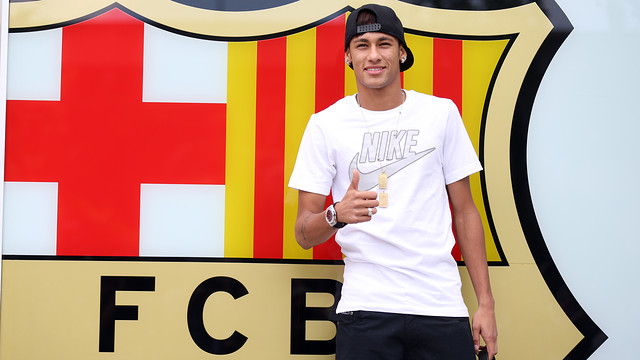 Neymar, fotografiant-se a les oficines del Club. FOTO: MIGUEL RUIZ - FCB