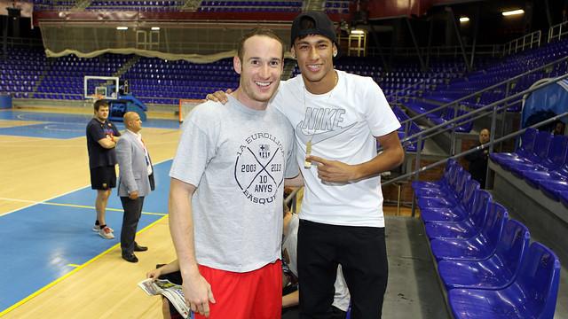 Neymar amb el jugador del Barça Regal, Marcelinho / FOTO: MIGUEL RUIZ - FCB