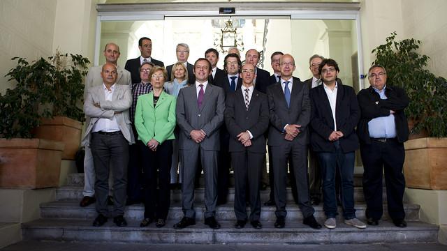 El president Rosell i directius de la Junta amb l'alcade de Sitges i els membres del consistori / FOTO: ÁLEX CAPARRÓS - FCB