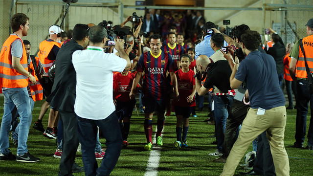 Xavi, during the clinic in Dura with Palestinian children / PHOTO: MIGUEL RUIZ - FCB