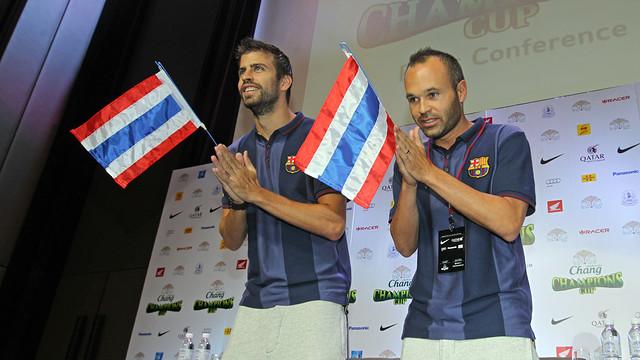 Gerard Piqué and Andrés Iniesta speaking to the media in Bangkok / PHOTO: MIGUEL RUIZ - FCB