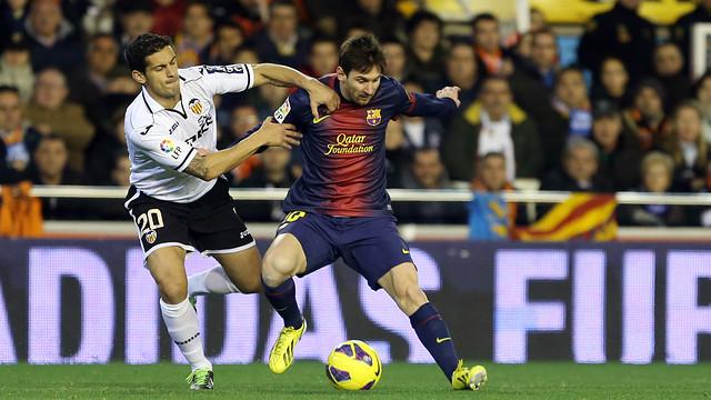 Messi lucha una pelota en Mestalla / Foto: Archivo - FCB
