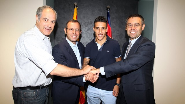 Zubizarreta, Rosell, Tello and Bartomeu after the contract was signed / PHOTO: MIGUEL RUIZ-FCB