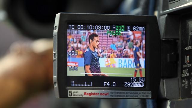 Neymar seen through a TV camaera / PHOTO: MIGUEL RUIZ - FCB