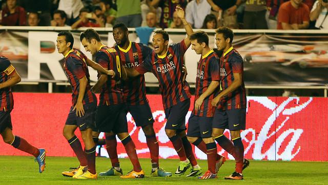 Els jugadors celebren el gol de Pedro / FOTO: MIGUEL RUIZ - FCB