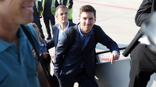 Messi, pujant a l'avió. FOTO: MIGUEL RUIZ - FCB