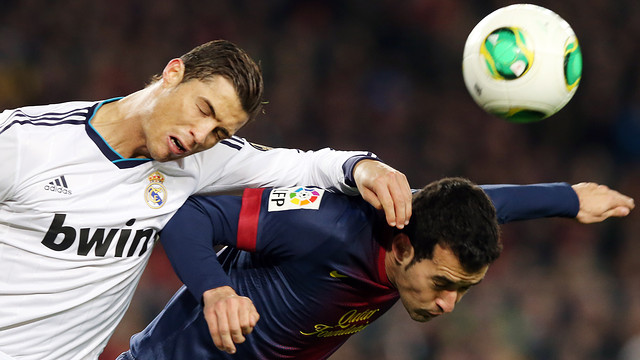 Cristiano Ronaldo and Busquets, during the last meeting between the two teams at the Camp Nou / PHOTO: ARXIU FCB