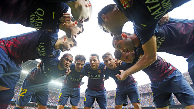 Group hug as the players get ready to take on Real Madrid / PHOTO: MIGUEL RUIZ - FCB