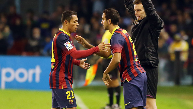 Adriano being substituted by Montoya. PHOTO: MIGUEL RUIZ - FCB