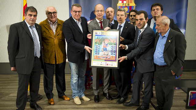 Jordi Cardoner y Pau Vilanova con miembros de la Federación de Peñas durante la presentación del cartel del onceavo congreso de peñas barcelonistas de Andalucía, Ceuta y Melilla