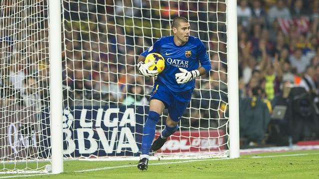 Victor Valdes sedang menangkap bola dalam sebuah pertandingan