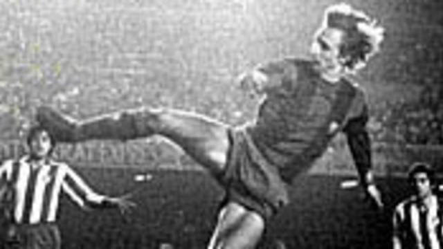 Foto de Cruyff sobre el terreno de juego, jugando con la camiseta del FC Barcelona