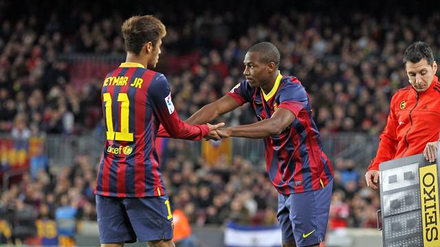 Adama entrant al terreny de joc en el lloc de Neymar