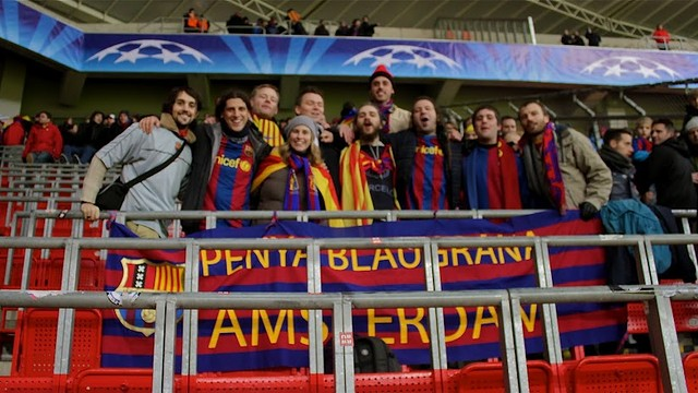 group of 15 people holding the banner of the penya blaugrana d'amsterdam