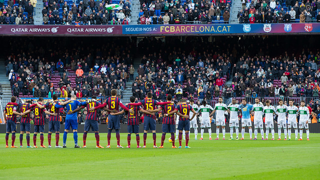 Barça and Elche players, during the minute's silence. PHOTO: GERMÁN PARGA - FCB
