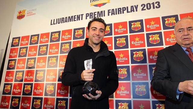 Xavi Hernández with the award. PHOTO: MIGUEL RUIZ  - FCB
