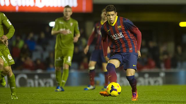 Sanabria haciendo un pase durante el partido entre el Barça B y el Sporting de Gijón