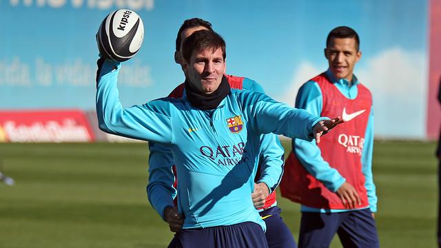 Messi, jugant a futbol americà a l'entrenament. FOTO: MIGUEL RUIZ-FCB.